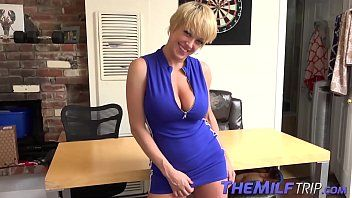 Cougar dee williams shows off curves and widens legs
