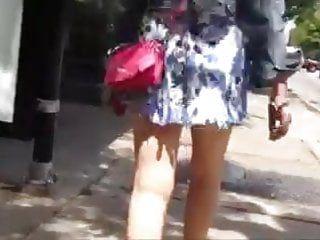 Esposa em mini terno em dia de vento