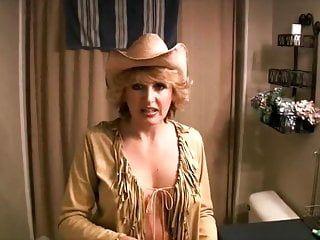 La milf sexy in cappello da cowboy lo succhia