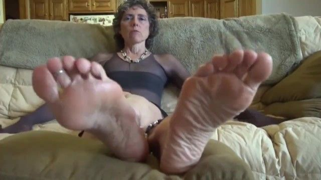 Granny craves to feel tongue on her soles, dont frustrate