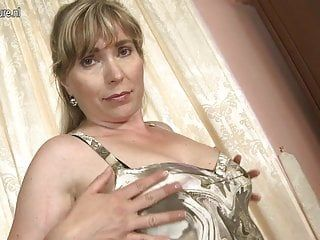 Dilettante milf with hungry hirsute slit