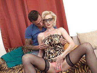Milf sexy transando e engolfando seu homem