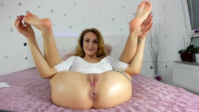 Milf amalianilsson positions with her stinky aged soles and rectal hole for u to sniff and take up with the tongue