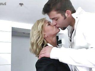 Мать трахает союзник ее сына
