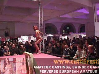 Sexy große Marangos Euro Pornostar Christina Öffentlichkeit ausgezogen